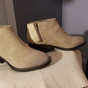 Shoes - Brand new tan booties
